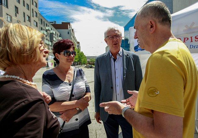Prezidentský kandidát Jiří Drahoš měl v Ostravě program zaplněnými besedami a navštívil i podnik PODA. Podpořila jej i manželka Eva.