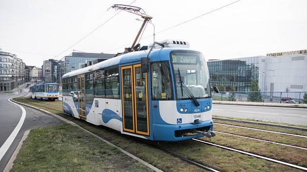 Speciální kolejový absorbent, který by měl pohlcovat prach a zároveň tlumit hluk a vibrace z tramvají, 27. srpna 2017 v Ostravě.