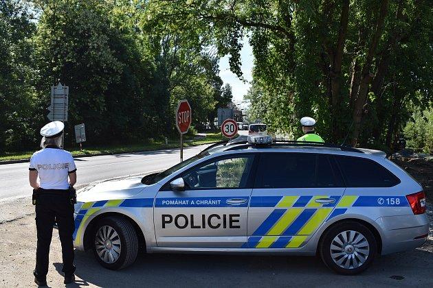 Umostu přes řeku Odru hlídkují během dne policisté se služebními vozidly iauty vcivilním provedení.