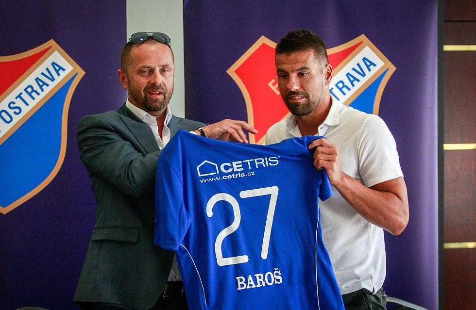 Tiskovka FC Baníku Ostrava - hráčská posila Baníku Milan Baroš. Na fotografii vlevo majitel klubu Václav Brabec, vpravo Milan Baroš.