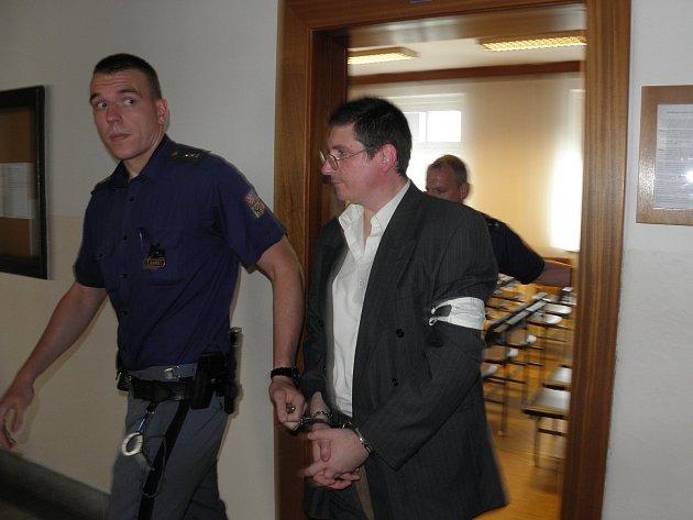 Pavel Nárožný při odchodu z jednací síně ostravského soudu.