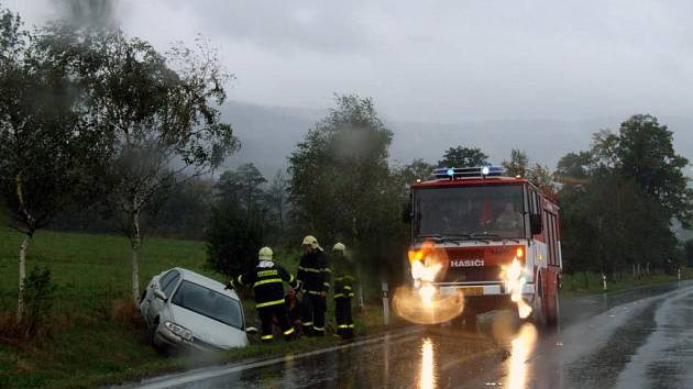 Deštivé počasí způsobilo i četné dopravní nehody. Tato se stala v Linhartovských zatáčkách na Bruntálsku
