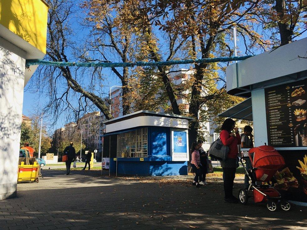 Nároží u supermarketu Albert podél Nádražní ulice centru Ostravy. Vedle stojící stánek s italskou zmrzlinou a rychlým občerstvením potřeboval napojit na vodovod, což provedl poněkud zvláštní formou.