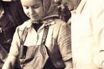 Tvůrce ostravských klobás František Pekárek ukazuje učňům, jak se vyrábí špekáčky.