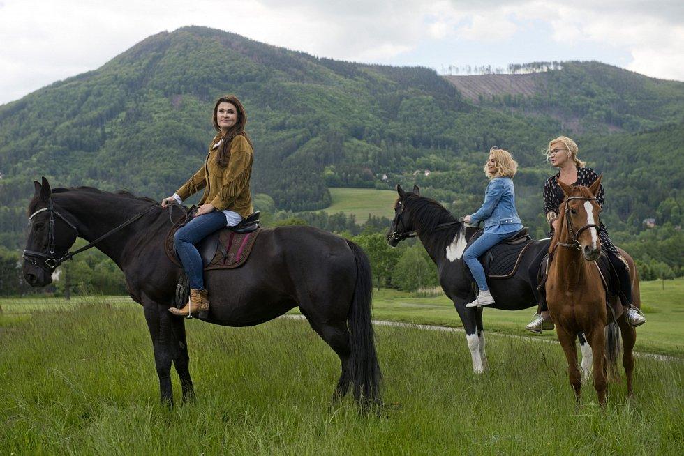 Poslední klapka snímku Ženská pomsta padla v červnu v Beskydech. Na snímku zleva Mahulena Bočanová, Eva Vejmělková a Jana Paulová.