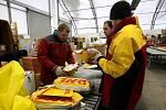 Manipulace s balíky v terminálu DHL na ostravském letišti v Mošnově