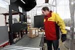 Manipulace s balíky v terminálu DHL na ostravském letišti v Mošnově. Pošta prochází i rentgenem