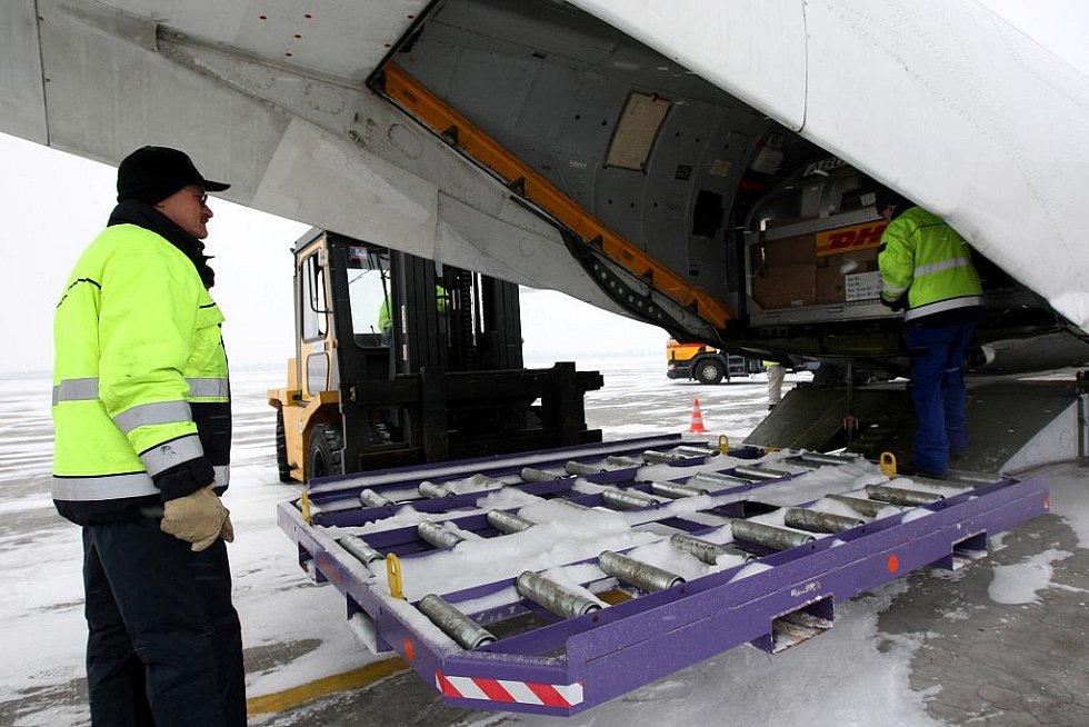 Vykládka nákladního letounu AN 26 ve službách DHL na letišti v Mošnově