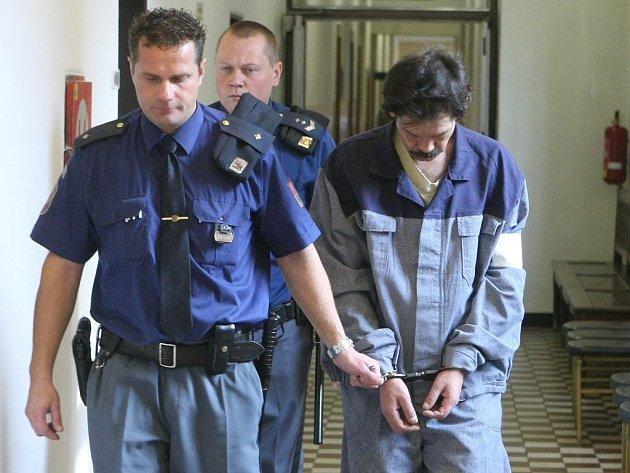 Ladislav Kováč podle obžaloby nutil malé děti, aby kopaly do své matky, kterou později zabil.