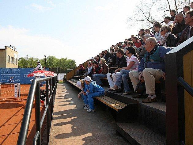 Tenisový turnaj Prosperita Open byl o velikonočním pondělí rozehrán prvním kolem. Utkání obhájce prvenství Lukáše Rosola se Slovákem Ivem Klecem, které nabídlo dramatickou podívanou, sledovalo na tribunách v Komenského sadech v Ostravě mnoho diváků.