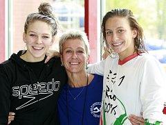 Z OSTRAVY DO LONDÝNA. Olympionička Barbora Závadová (vpravo) už má bronzovou medaili z ME 2012, mladší Terezu (vlevo) čeká na šampionátu premiéra. Na snímku jsou se svou maminkou Petrou Závadovou, bývalou plavkyní, která jim do Anglie jede fandit.