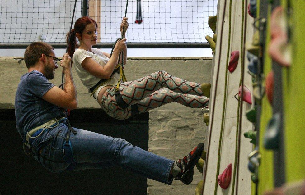 Vyzkoušet lezeckou stěnu v Dolní oblasti Vítkovic vyrazil vyzkoušet i redaktor Deníku Petr Jiříček.
