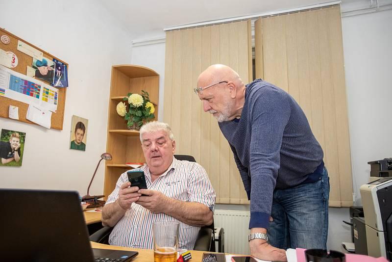 Volební štáb strany KSČM, 9. října 2021 v Ostravě, na snímku Josef Babka (vlevo) a lídr kandidátky Leo Luznar.