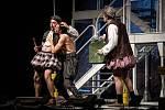 Marek Daniel (vlevo) na snímku s Radúzem Máchou a Josefem Polákem (vpravo) při premiéře komedie Bouře na Letních shakespearovských slavnostech v Ostravě.