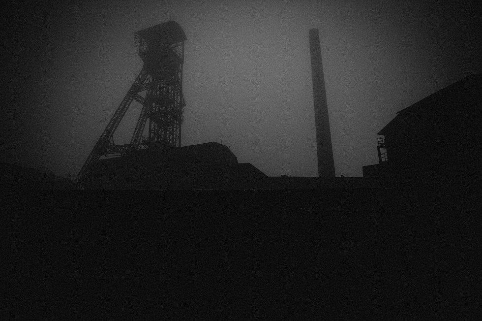 Mlhavé ranní počasí v Dolní oblasti Vítkovice, 25. října 2020 v Ostravě.