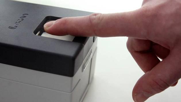 Elektronické snímání otisku prstu. Ilustrační snímek.