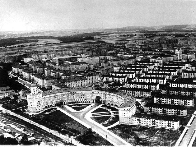 Letecký snímek z výstavby Poruby, která se měla jmenovat Nová Ostrava. V popředí je charakteristický oblouk, který je architektonickou kopií budovy admirality v Leningradu.