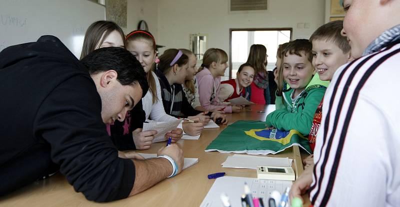 Brazilský stážista učí děti tančit sambu.