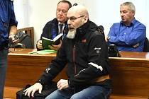 Před odvolacím soudem stanuli dva údajní členové gangu, který v Ostravě podle obžaloby nelegálně vyráběl kuřivo. Vladislav Moroň (vpředu) a Vladimír Valenta (vpravo vzadu).