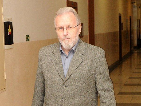 Polistopadový ministr vnitra Tomáš Hradílek na chodbě Krajského soudu vOstravě.