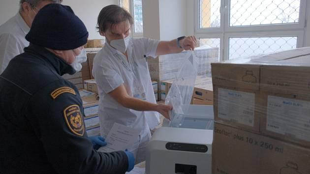 Z krajského distribučního střediska pro covid hasiči rozvezli miliony roušek, respirátorů a dalších zdravotnických potřeb stejně jako vakcín a antigenních testů určených školám.