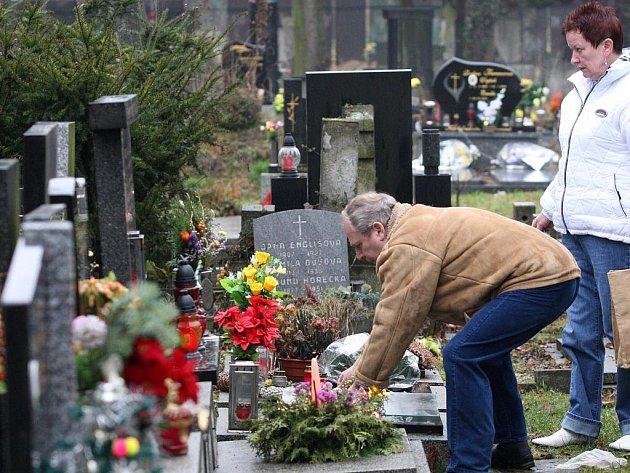 Lidé na Štědrý den vyrazili na hřbitovy zapálit svíčku a položit kytku na hroby svých blízkých.