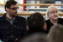 Josef Urban a režisér filmu Habermannův mlýn Juraj Herz na nedávné besedě v Domě knihy Librex v Ostravě.