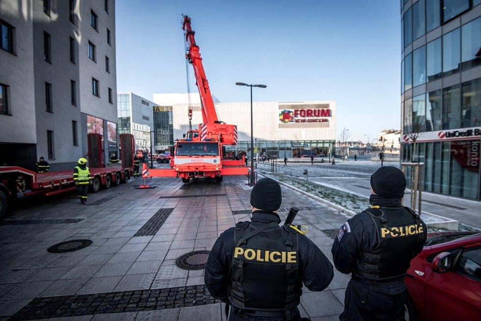 Obchodní centrum Forum Nová Karolina chrání betonové zátarasy.