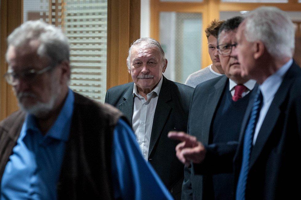 Osm bývalých radních, včetně dvou bývalých starostů, ostravského obvodu Jih, stanulo před soudem už  22. května 2018.