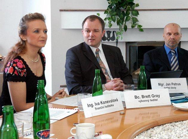 Představitelé společnosti 1st International School of Ostrava na tiskové konferenci seznamují novináře se svými plány