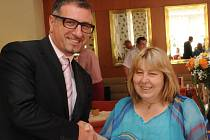 Ocenění Miriam Prokešové předal Sawas Michailidis, vrchní ředitel společnosti finančního poradenství Kapitol, hlavního partnera soutěže.