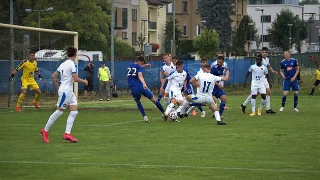 Fotbalisté Baníku Ostrava B (v bílém) remizovali na hřišti Sigmy Olomouc B v nedělním utkání (1. 8. 2021) MSFL 3:3.