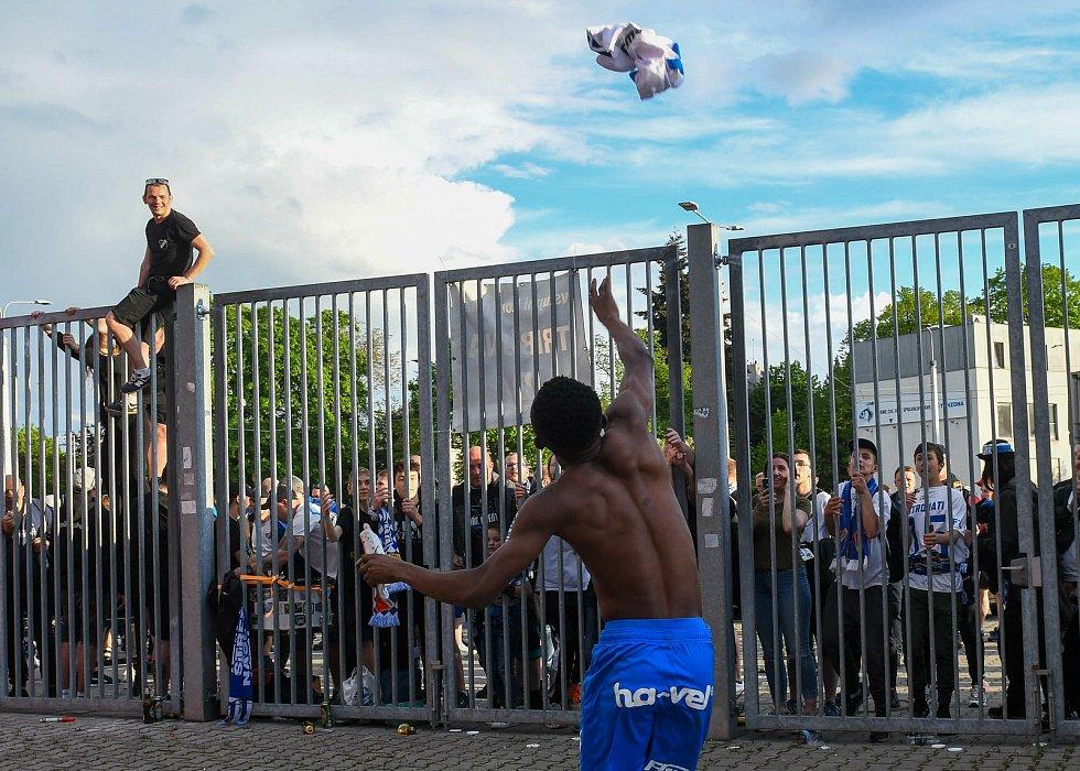 Fotbalisté Baníku Ostrava odehráli v sobotu 15. května 2021 utkání 32. ligového kola se Zlínem. Domácí Yira Sor hází dres fanouškům, kteří fandili zpoza plotu vítkovického stadionu.
