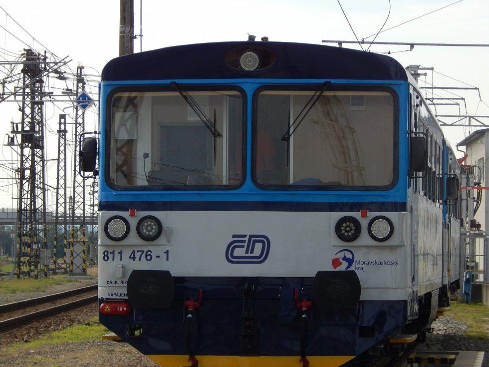Legendární česká lokálka řady 810 se dočkala. Vyrazila na zkušební okruh v Cerhenicích s rychlovlaky.