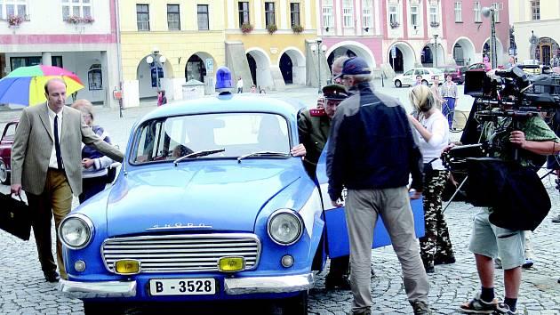 Herec Jan Vondráček (vlevo) právě nastupuje do vozidla Veřejné bezpečnosti. Tato scéna filmu Nepolepšitelný se v roce 2009 natáčela na náměstí Sigmunda Freuda v Příboře.