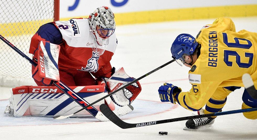 Mistrovství světa hokejistů do 20 let, čtvrtfinále: ČR - Švédsko, 2. ledna 2020 v Ostravě. Na snímku (zleva) brankář Česka Lukas Dostal a Jonatan Berggren.