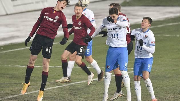 Utkání 15. kola první fotbalové ligy: FC Baník Ostrava - AC Sparta Praha, 17. ledna 2021 v Ostravě. (zleva) Martin Vitík ze Sparty a Patrizio Stronati z Ostravy.