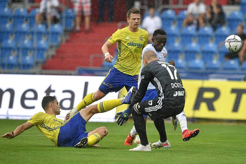 Utkání 2. kola první fotbalové ligy: Baník Ostrava - Fastav Zlín, 1. srpna 2021 v Ostravě. (střed) Collins Yira Sor z Ostravy a brankář Zlína Stanislav Dostál.