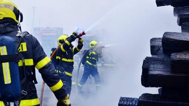 Na nádraží v Přívoze hořely staré pražce, někdo je zřejmě zapálil.
