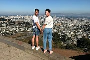 San Francisco, nad nímž se Martin a Tom společně zvěčnili, je považováno za hlavní město gay a lesbické komunity, byť se první Pride pochod konal právě na opačném pobřeží USA, v New Yorku.