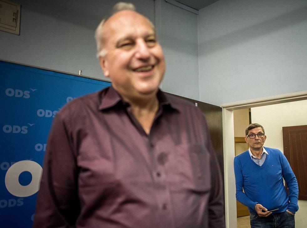Volební štáb ODS. Na snímku Evžen Tošenovský, v pozadí postupující kandidát na senátora Zdeněk Nytra.