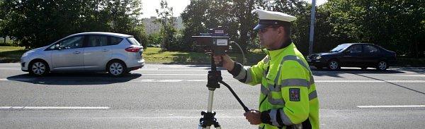 Dopravní policisté při měření rychlosti.