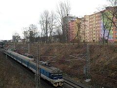 Zastávka Ostrava-Zábřeh by měla být přímo v místě, kde se míjí osobní vlak s opravářskou železniční četou.