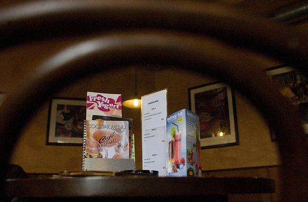 Útulná kavárna Boulevard nabízí kromě napěněného cappuccina nebo jemného latté ikávové speciality zrůzných koutů světa.