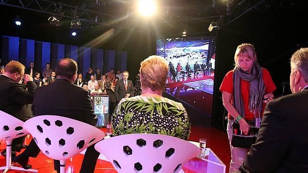 Předvolební speciál, který se natáčel koncem týdne ve studiu České televize v Radvanicích, přivítal šestici lídrů největších politických stran v kraji.