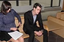 Nikolas Agoratsios (na snímku se svou obhájkyní) u soudu popřel, že by se čehokoliv dopustil.