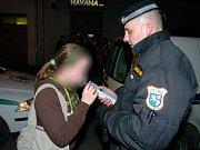 Strážníci a policisté provádějí pravidelné kontroly zaměřené na podávání alkoholu dětem. Výsledky jsou někdy děsivé. Ilustrační foto.