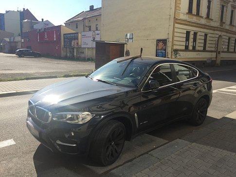 """Auto parkující poblíž Stodolní v Ostravě """"ozdobil"""" krumpáč v kapotě."""