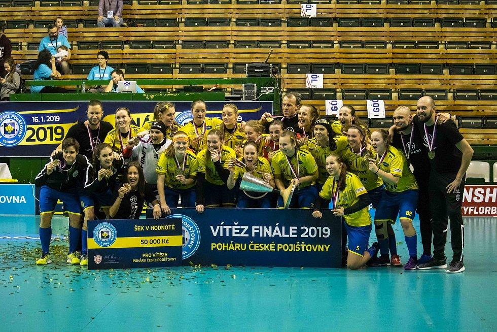 Florbalistky Ostravy (ve žlutém) porazily v olomouckém finále Chodov 8:6 a získaly pohár.