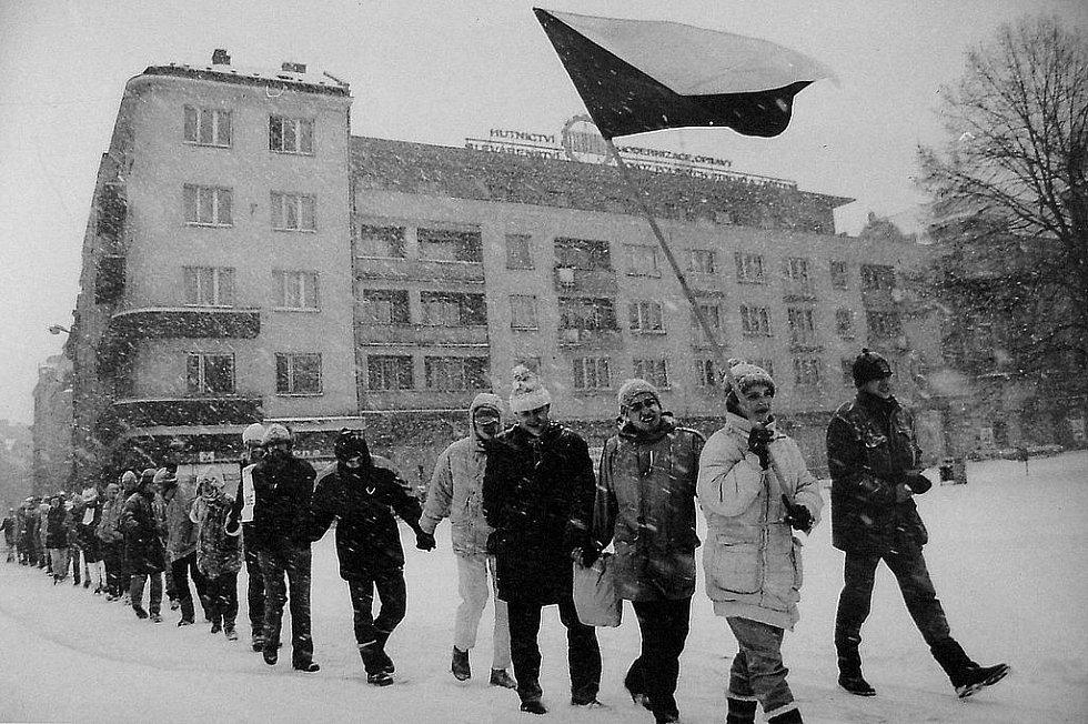 Začali to studenti. Den po manifestaci v Praze začali demonstrovat studenti také v Ostravě. Jako první vyrazili do ulic ti z Janáčkovy konzervatoře.